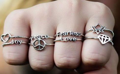 معنی انداختن حلقه در هر انگشت دست
